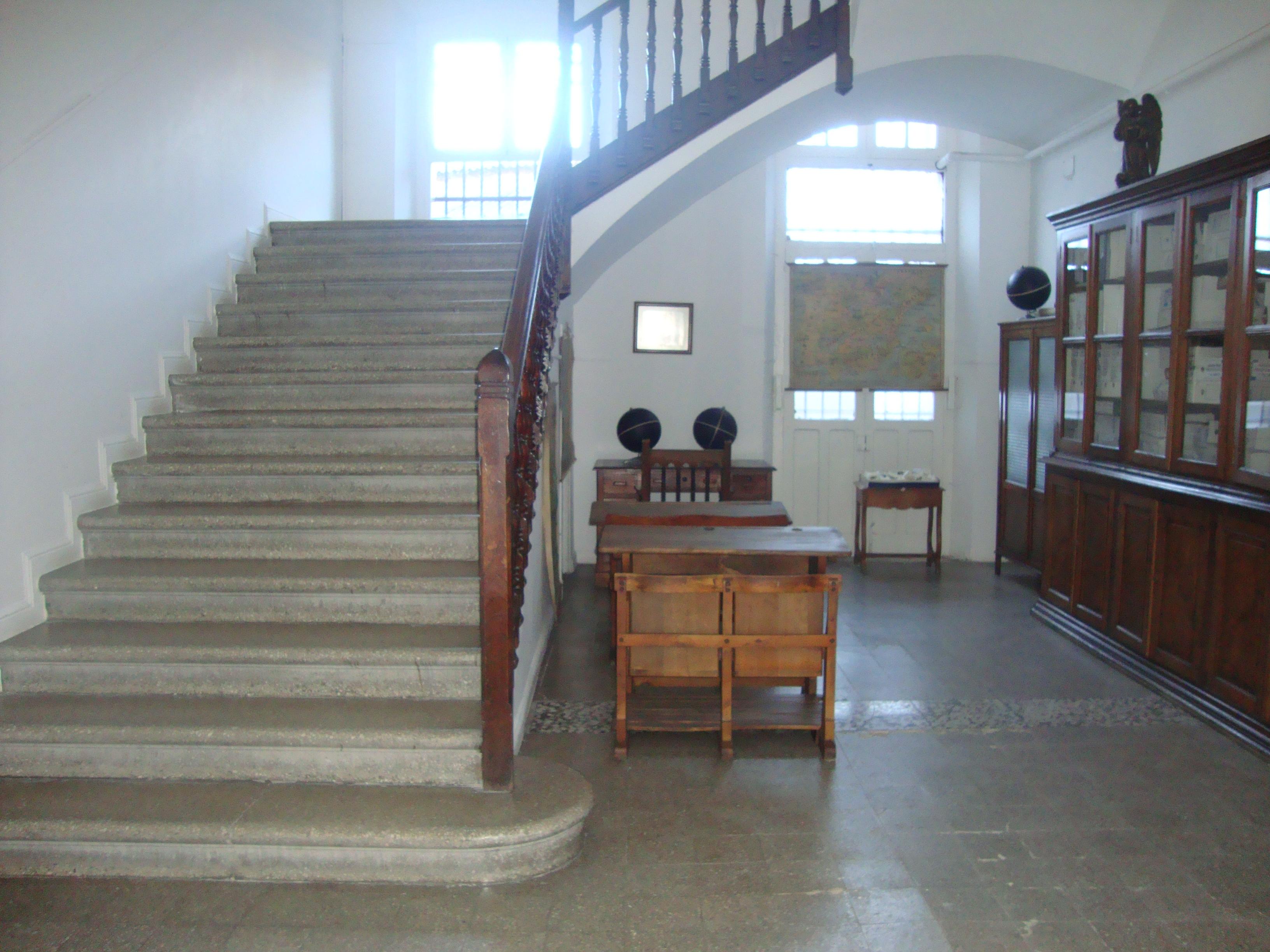 Parte histórica. Acceso a los pisos superiores. -